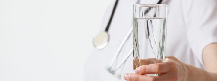 ¿Se puede beber agua antes de un análisis?