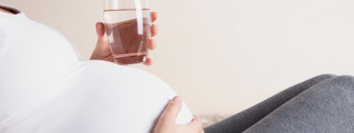 Agua mineral durante el embarazo: todo lo que necesitas saber
